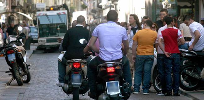 Napoli: Auto e motorini nell'isola pedonale di Via Toledo causa assenza di vigili urbani