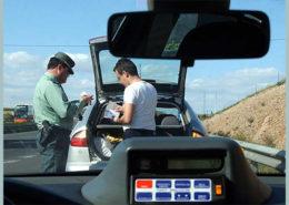 CAMPAÑA CONTROL ALCOHOLEMIA CARRETERAS - TRI - INTERIOR - *EFE-ANDALUCIA* SEV03. SEVILLA, 13/07/2004.- Un agente de la Guardia Civil de Tráfico somete a un conductor a la prueba de la alcoholemia en el primer día de la campaña específica de control de la tasa de alcoholemia en las carreteras. Un total de 25 personas dieron positivo en las 2.841 pruebas de alcoholemia realizadas ayer por la Guardia Civil de Tráfico en las carreteras de Andalucía. EFE/Dirección General de la Guardia Civil - SEVILLA - ANDALUCIA - ESPAÑA - DGGC - vls - JUSTICE,LAW ENFORCEMENT